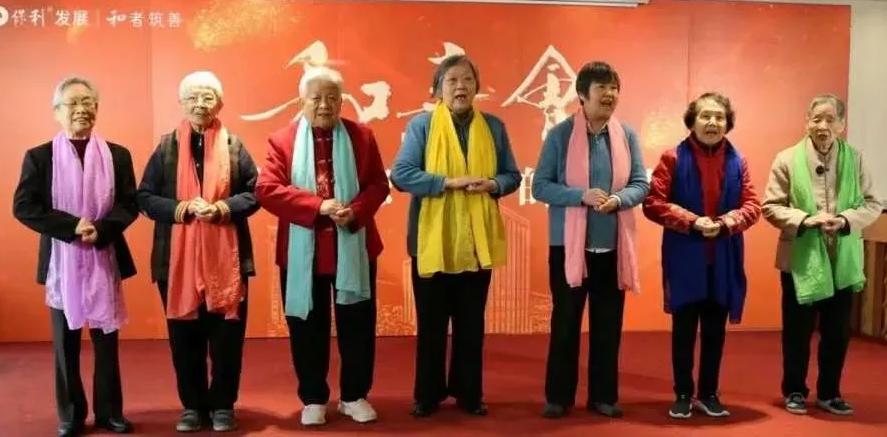 养老院的老人在唱歌