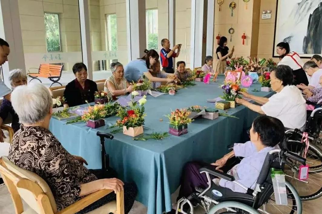 养老院的老人在参加插花活动